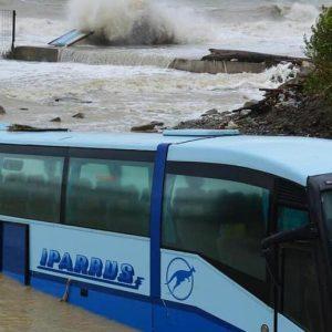 В Новороссийске селевой поток смыл в море пассажирский автобус