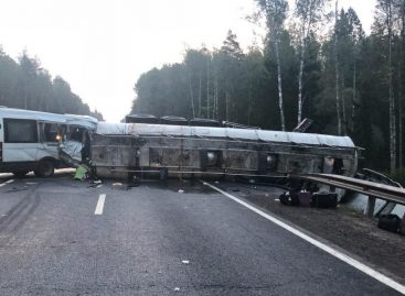 Один человек погиб и 10 пострадали при столкновении автобуса с фурой на M1