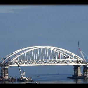 Плавучий кран врезался в Крымский мост