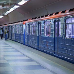 Машинисты метро начали приветствовать пассажиров, как в самолетах