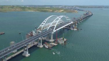В крымский мост врезался плавкран
