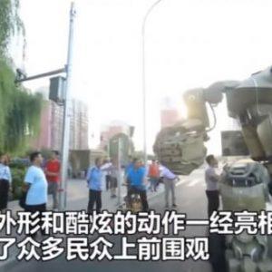 Полиция Китая разрешила выгуливать по улице огромного боевого робота