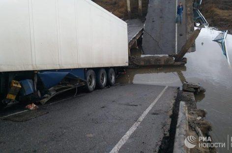 Водитель фуры, под которой рухнул мост в Приморье, арестован