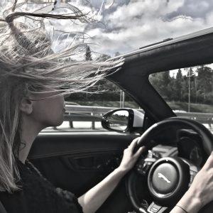 Блондинка в очках, с терьером и в кабриолете — тест-драйв Jaguar F 400 Sport Cabrio
