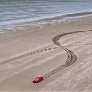 XE 300 SPORT и XE SV Project 8 оставили отпечаток в виде гигантской двойной спирали, символизирующей цепочку ДНК Jaguar, на пляже Pendine Sands в Уэльсе