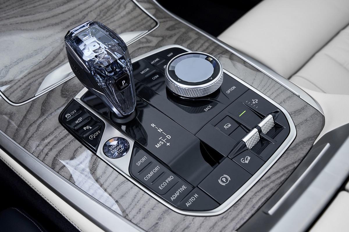 d6842eee9d753 ... в версии BMW X7 xDrive40i и два шестицилиндровых рядных дизельных  двигателя – мощностью 265 л.с (249 л.с. в России) в версии BMW X7 xDrive30d  и 400 л.с. ...