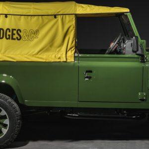 Land Rover Defender Works V8 выставили в лондонском универмаге Selfridges