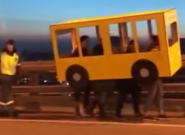 Жители Владивостока прикинулись автобусом чтобы пройти по Золотому мосту