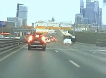 Таксист протаранил и перевернул грузовик в Москве