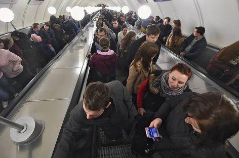 Московское метро просит пассажиров занимать обе стороны эскалатора