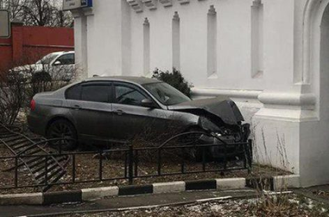 Полицейский на BMW врезался в храм