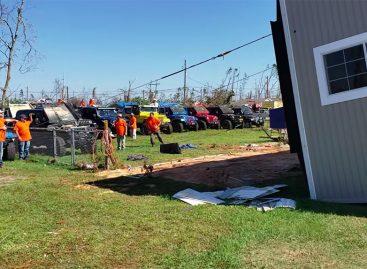 Более 12 внедорожников с помощью лебедок поставили дом на место