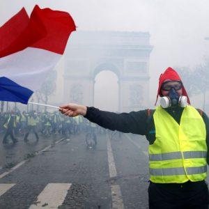 Власти Франции введут мораторий на повышение налогов на топливо для того, чтобы остановить массовые протесты в стране
