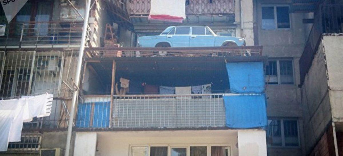 В Тбилиси сняли с балкона автомобиль, простоявший там 27 лет