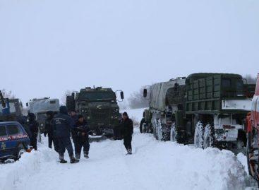 Автомобили КрАЗ спасли людей из снежного плена