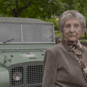 Бывшую сотрудницу прокатили на Land Rover Series 1 спустя 70 лет