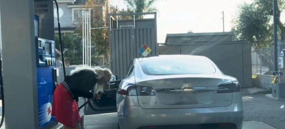 Женщина пыталась заправить электрокар Tesla бензином