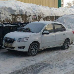 В Саратове засыпали мусором припаркованный у баков автомобиль