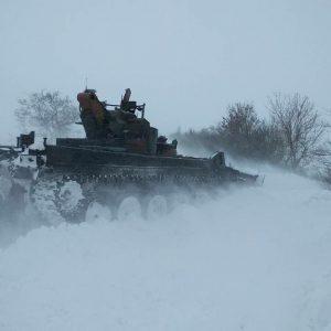 Танки расчищают улицы от снежных заносов в Волгоградской области