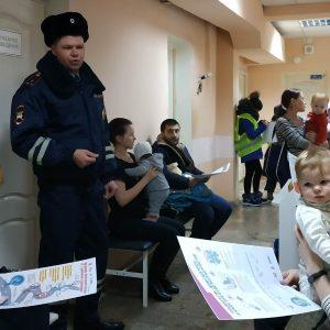 Сотрудники ГИБДД напоминают родителям правила перевозки детей в автомобилей