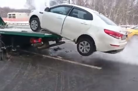 В Москве водитель решил скрыться от инспекторов и спрыгнул на авто с эвакуатора