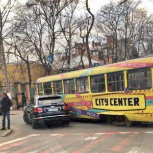 В Одессе Bentley столкнулся с трамваем