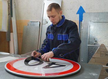 В Хабаровске началась установка дорожных знаков по новым стандартам