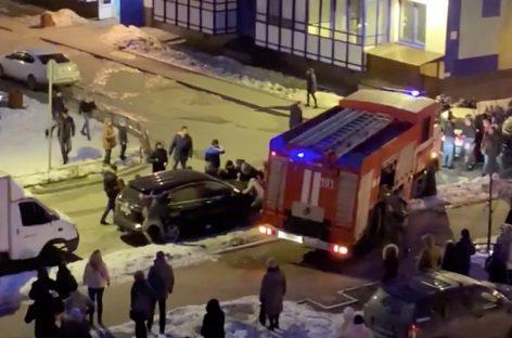 Во время пожара в Кудрово жителям многоэтажки пришлось руками перетащить машины, чтобы освободить дорогу пожарным