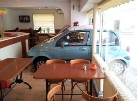 припарковался в кафе