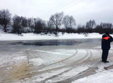 Автомобиль с мужчиной и ребенком провалился под лед в Новгородской области