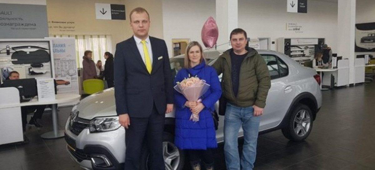 Renault выдала покупателю первый автомобиль по государственной программе