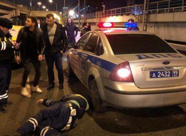 Таксист сбил на МКАДе автоинспектора, оформлявшего легкое ДТП