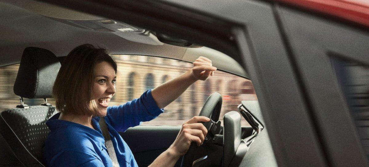 Ford выяснил, что почти каждая вторая женщина-водитель в России проверяет безопасность своих пассажиров