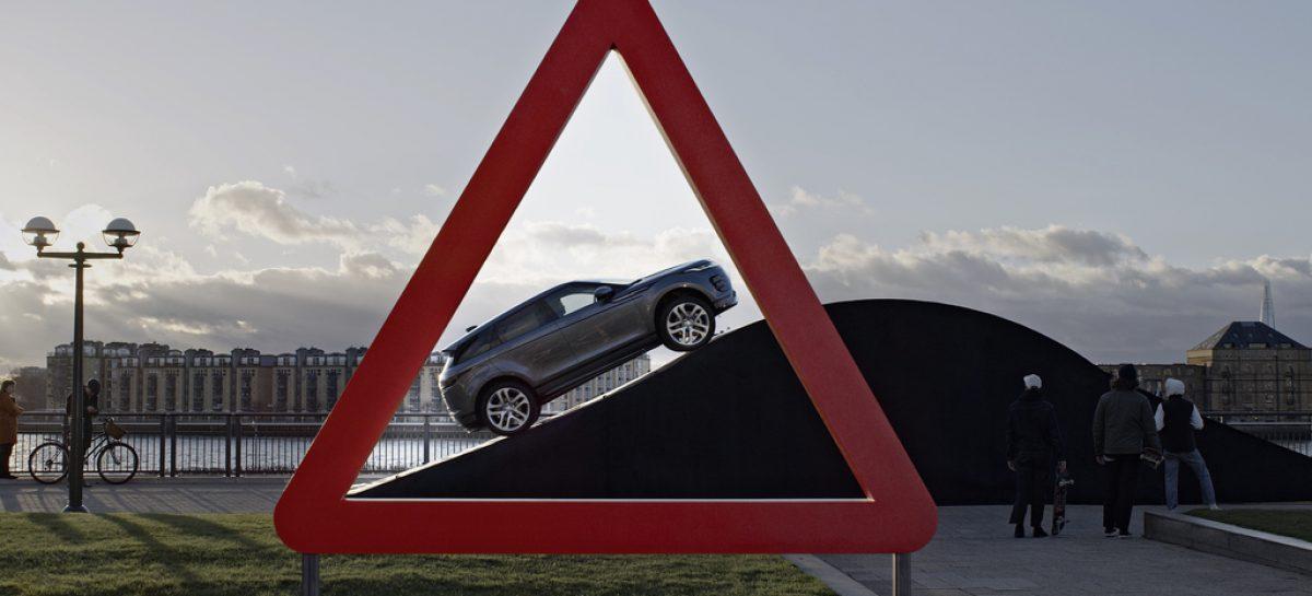Land Rover воссоздал в реальной жизни изображения с известных дорожных знаков