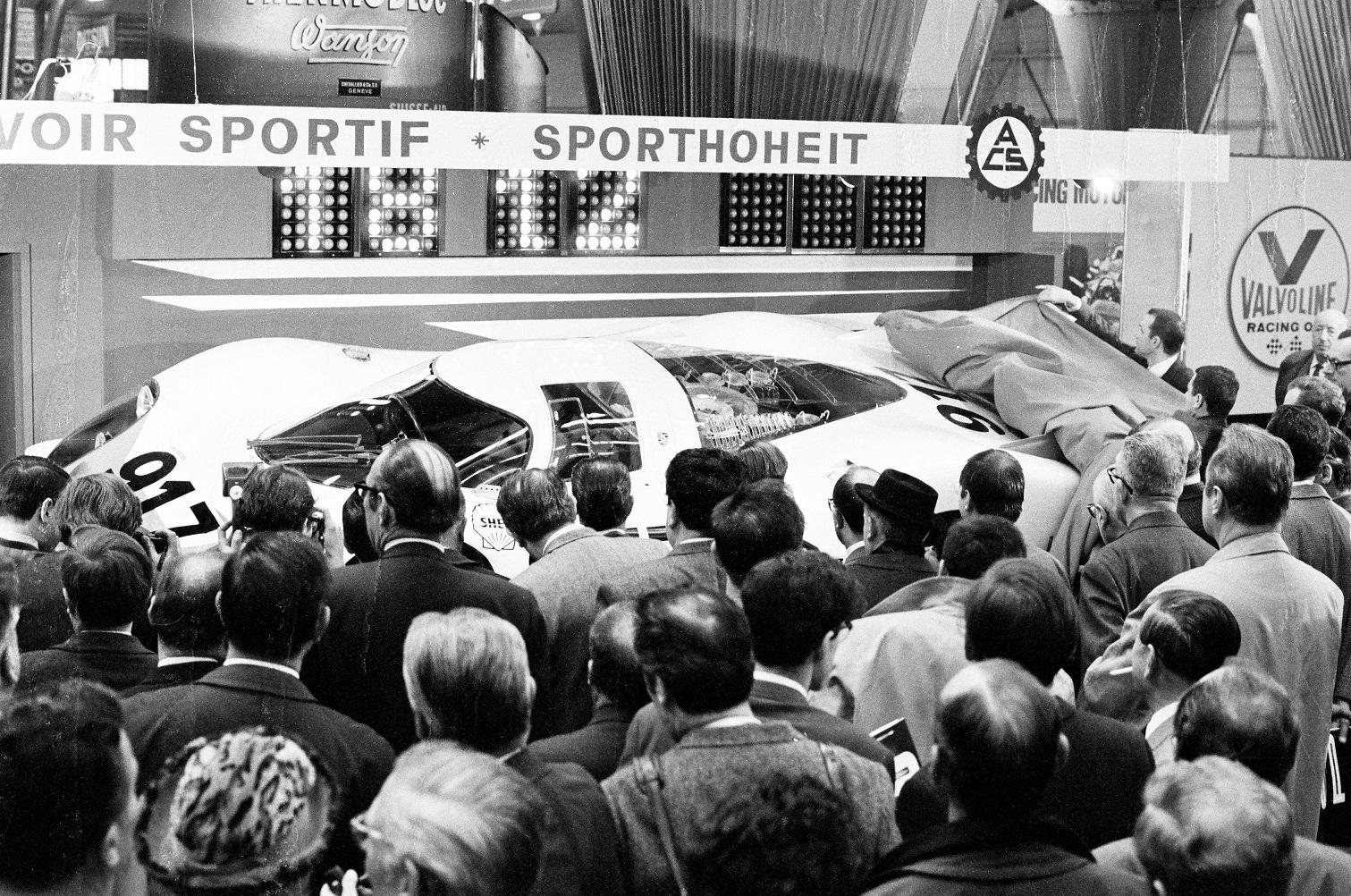 салон Porsche 70 лет назад