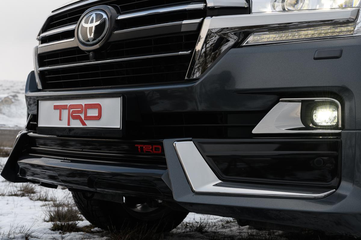 Агрессивное дизайнерское решение переднего бампера, решетки радиатора Toyota Land Cruiser 200 в стиле TRD