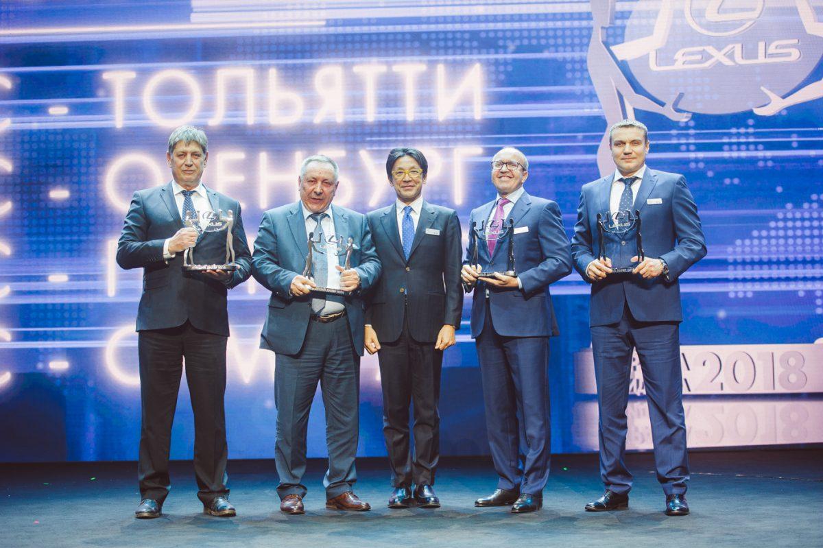 Директора дилерских центров и президент Toyota с наградами