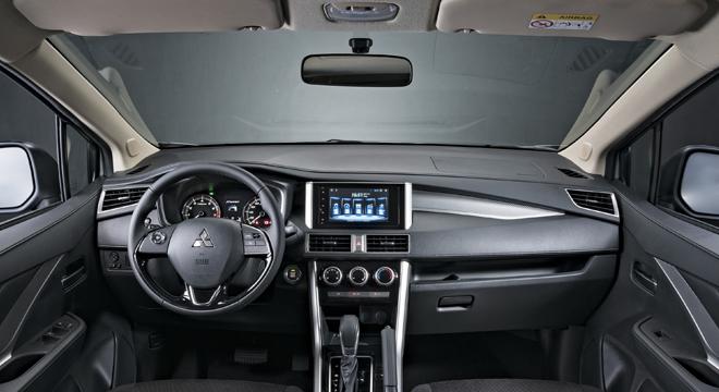 Mitsubishi XPander панель приборов