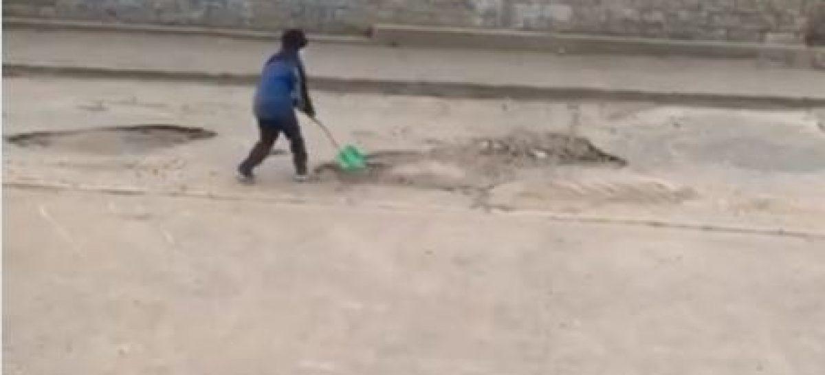 Власти Омска поблагодарили мальчика, который пытался засыпать ямы на дорогах