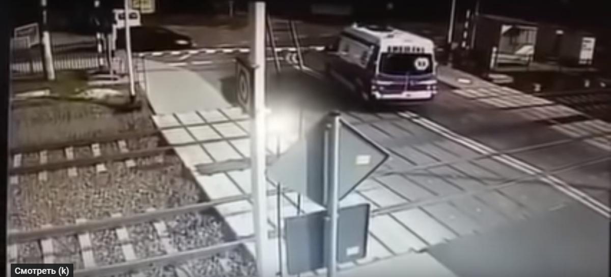 В Польше поезд на полном ходу сбил скорую помощь