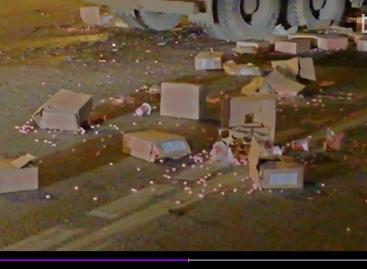 Попавший в ДТП грузовик засыпал проезжую часть МКАД карамелью