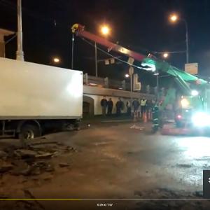 Грузовик провалился в размытый грунт у станции метро Москвы «Парк культуры»