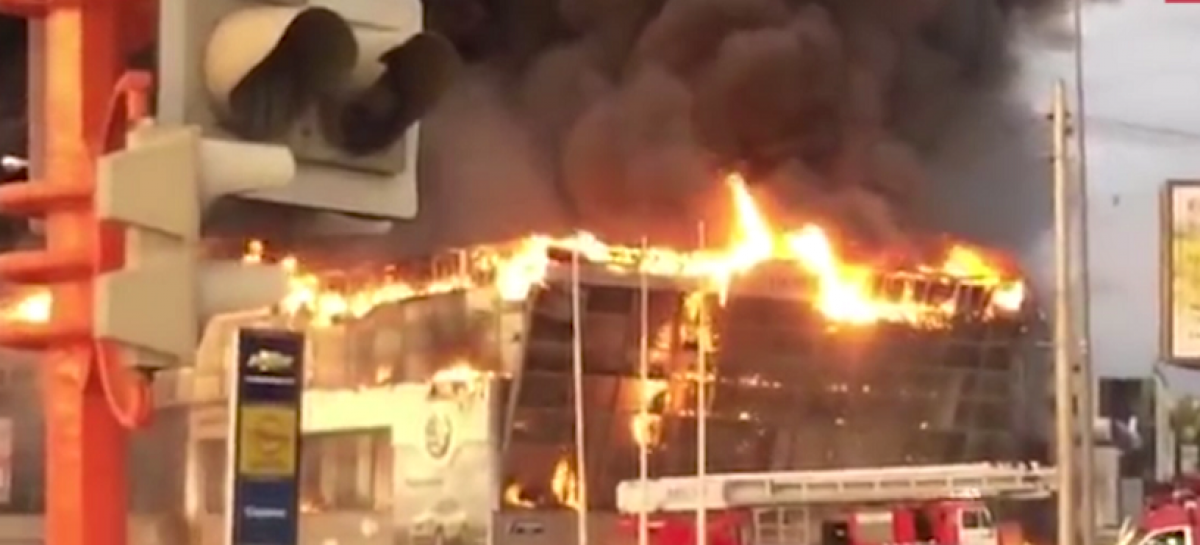 В Кемерове горит автоцентр