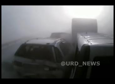 Грузовик снес несколько автомобилей под Новосибирском из-за плотного тумана