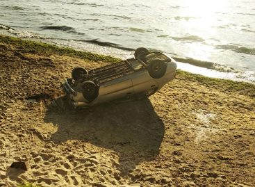 На пляж в Одессе с обрыва упал автомобиль