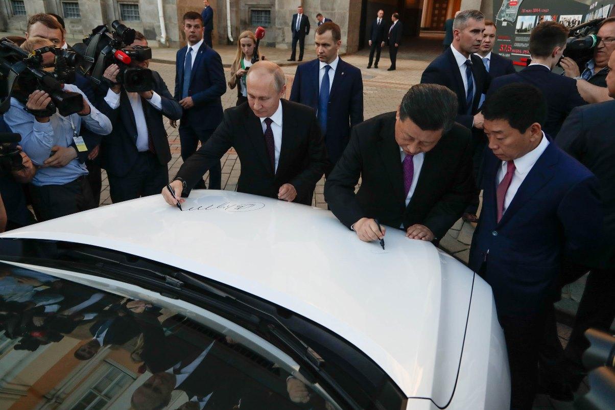 Владимир Путин и Си Цзиньпин поставили свои подписи на капоте Haval F7