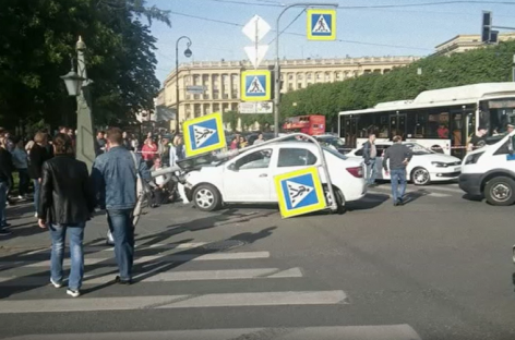 Вице-губернатор Петербурга рассказала о состоянии пострадавших в ДТП на съезде с Троицкого моста. Водителя спасли от самосуда