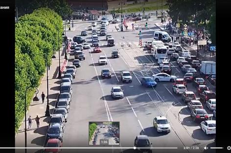 Автомобиль врезался в толпу пешеходов в Петербурге