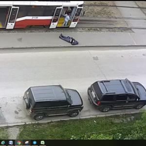 Жителя Новосибирска с инсультом выволокли из трамвая и оставили лежать на асфальте