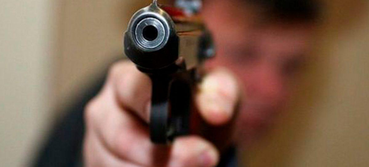 Сотрудник полиции открыл стрельбу за то, что дети попали мячом в его машину